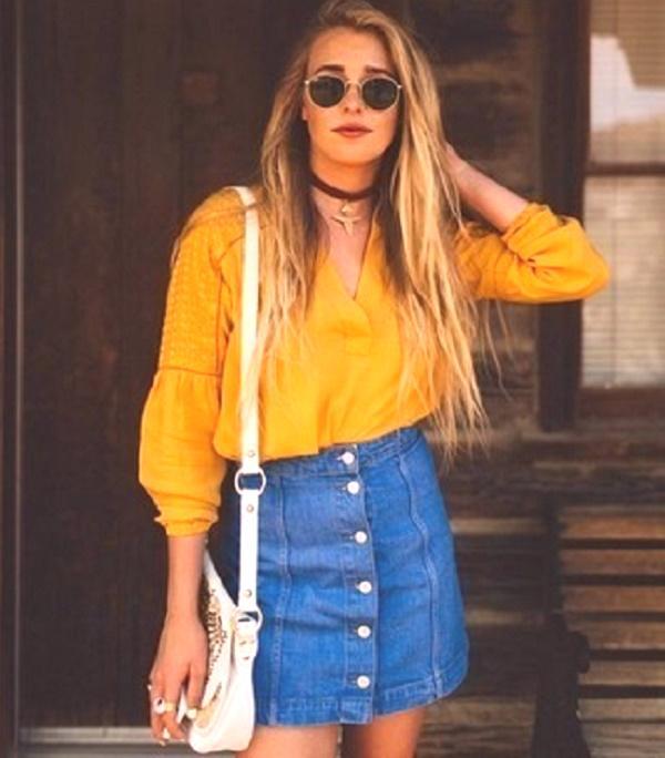 2d8dc06cea32 Kombinácia modrej gombíkovej sukne s bohatou žltou blúzkou nie je o nič  menej zaujímavá a štýlová. Okrúhle okuliare a biela kabelka pomáhajú  nastaviť ...