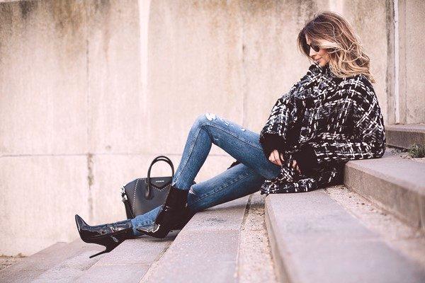 b2dcd14b3472 Aké džínsy sú v móde v roku 2019  trendy
