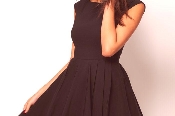 3f1d88e6f1a4 Čierne šaty s našuchorenou sukňou zdôraznia postavu na kolenách alebo na  podlahe