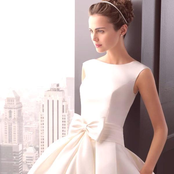 1bc2fff49eeb Zaujímavé. Ak chcete úplne originálne oblečenie pre svadbu - pozrite sa na  bielu kombinézu s originálnym dekorom na bustier alebo spolu s blúzkou