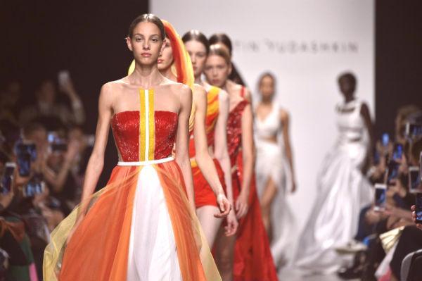 0f8f7e5e4f4d0 Pokaz mody w Paryżu, kolekcja wiosna-lato 2019, stworzył prawdziwą  sensację. Według krytyków mody tydzień francuski jest najjaśniejszy,  najciekawszy, ...