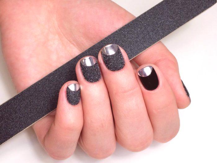 045ff920bf69 Čierna manikúra s akrylovým práškom. Vitráže.Táto manikúra dizajnu si  podmanila vrcholy módnych trendov v roku 2019 ...