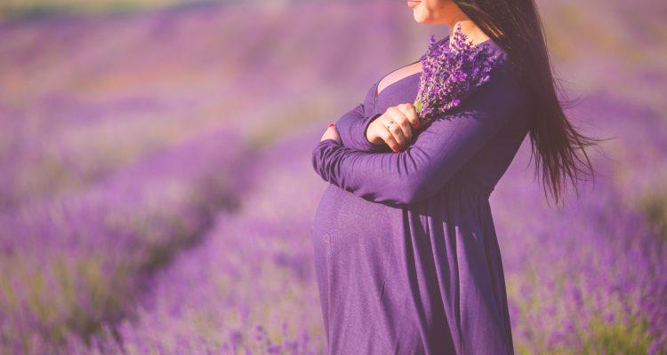 cb7f65e47f04 Dnes budeme hovoriť o módnych šatách pre tehotné ženy a pomocou fotografií  vám predstavíme najmodernejšie a najživšie možnosti.