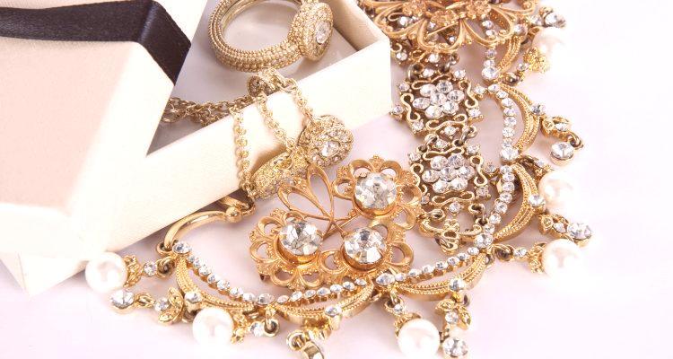 124cecf18 Zlato veľmi často stráca svoj lesk z neustáleho nosenia, čo je dôvod, prečo  mnohí ľudia čelia problému, ako čistiť šperky doma. Koniec koncov, ak to  urobíte ...