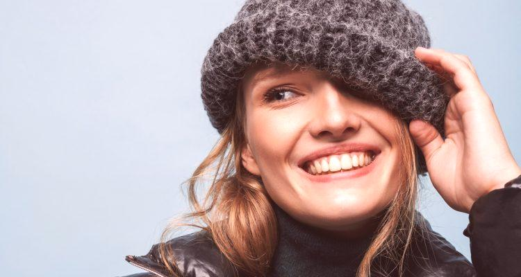 488e2d1b0 V zimných dňoch je veľmi dôležité vedieť, ktorý klobúk sa má nosiť v  spodnej bunde, aby bola hlava teplá a pohodlná, a môžete vyzerať štýlovo a  módne.