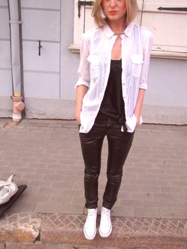 2157967096 Una camisa blanca se ve elegante sobre una camiseta blanca o negra debajo  de la garganta. La combinación de colores en blanco y negro siempre es ...