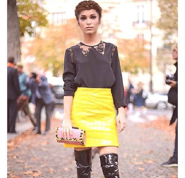 e28f4e9ef277 Krátka trapézová kožená sukňa zo žltej farby môže byť skutočným vrcholom  večerného oblečenia. Čierna hodvábna blúzka s malými jemnými vložkami z  tylu
