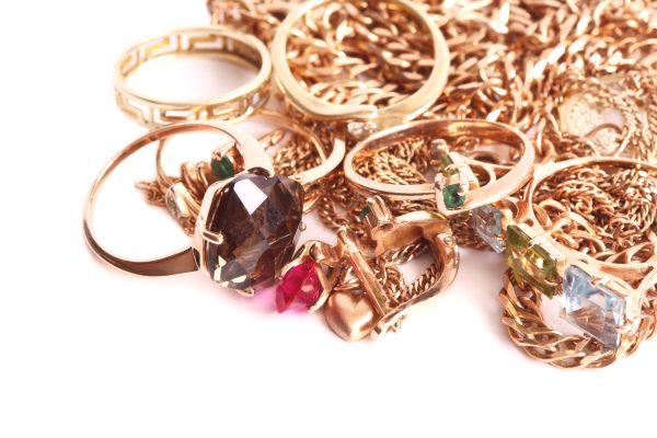 6a30bda09 Výrobky z zlata s kameňmi sa ťažšie čistia .